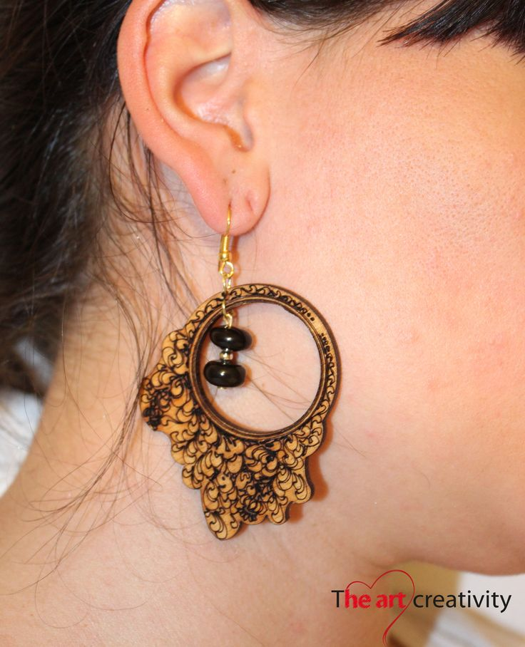Orecchini in legno con incisione e perle. #wood; #engraving; #bijoux; #earrings; #pearl