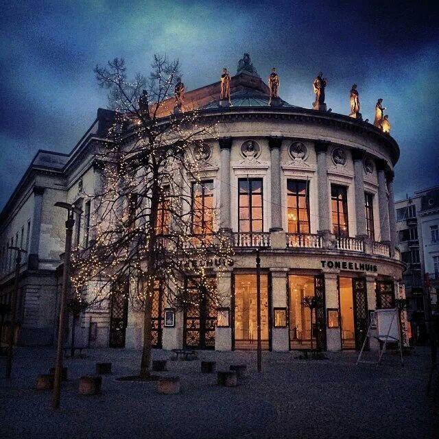 De Bourla of het Toneelhuis in Antwerpen is een van de mooiste theaterzalen in België. De zaal is niet overdreven groot en is prachtig vormgegeven. Het publiek zit er vrij dicht bij het podium en de acteurs. Er is voldoende mogelijkheid tot interactie met het publiek, wat onmisbaar is in een kindervoorstelling.