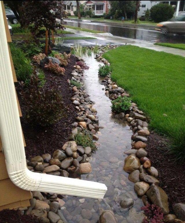 A genius way for a garden/ water run off. Rajouter de plus grosses pierres au bordvpour retenir les petites