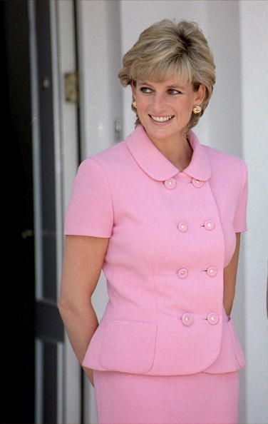 Diana - Lady Diana, Princess of Wales - 1995 - in a Gianni Versace petal pink suit - Getty Images - http://www.gettyimages.no/detail/news-photo/diana-princess-of-wales-at-lunch-with-president-menem-and-news-photo/52100889