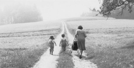 «Бабушка — это такая женщина, у которой нет своих детей. Она любит маленьких девочек и мальчиков, которые дети других людей. Дедушка — это тоже бабушка, только мужчина. Он ходит гулять с мальчиками, и они разговаривают о рыбалке и других вещах. Бабушкам ничего не надо делать, только приходить в гости. Они старые, и поэтому им нельзя бегать и много прыгать. Но они могут отвести нас на ярмарку, и у них должно быть много денег, чтобы покатать нас на карусели. Если они с нами гуляют, то они…