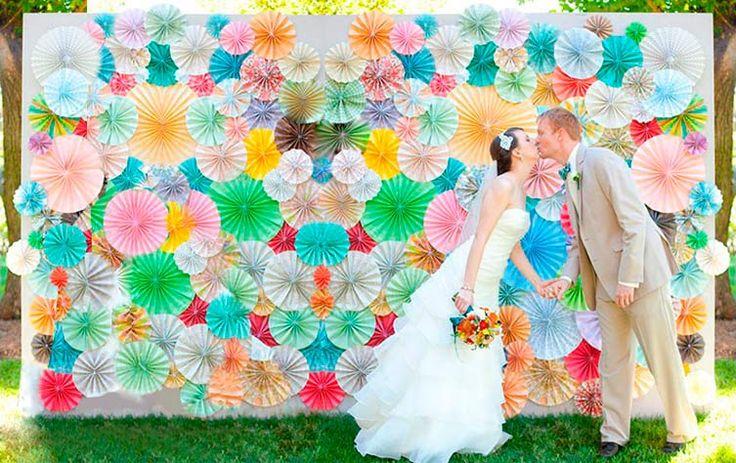 Ideas para photocall casero pompones wedding details for Decoracion de photocall