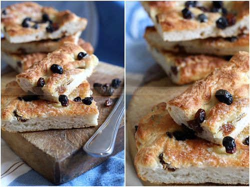 La ciaccia con l'uvetta (Tuscan focaccia with raisins and sugar) In Italian
