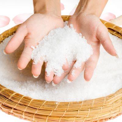 DIY-Rezept für Totes Meer Badesalz - Dieses mineralstoffreiche Salz hilft Ihnen bei Hautproblemen sowie Atemwegserkrankungen und lässt ...