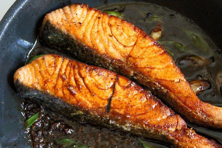 Met dit makkelijk recept maak je heerlijke zalm met sojaus. En een bergknoflook! Yum! Bij de wok heb ik een paar favoriete gerechtjes en zalm van de tepanyaki (Japanse grill) is er 1 van. Verder eet ik er graag een berg sushi, want ook daar ben ik dol op. Terug naar deze zalm met sojasaus. …