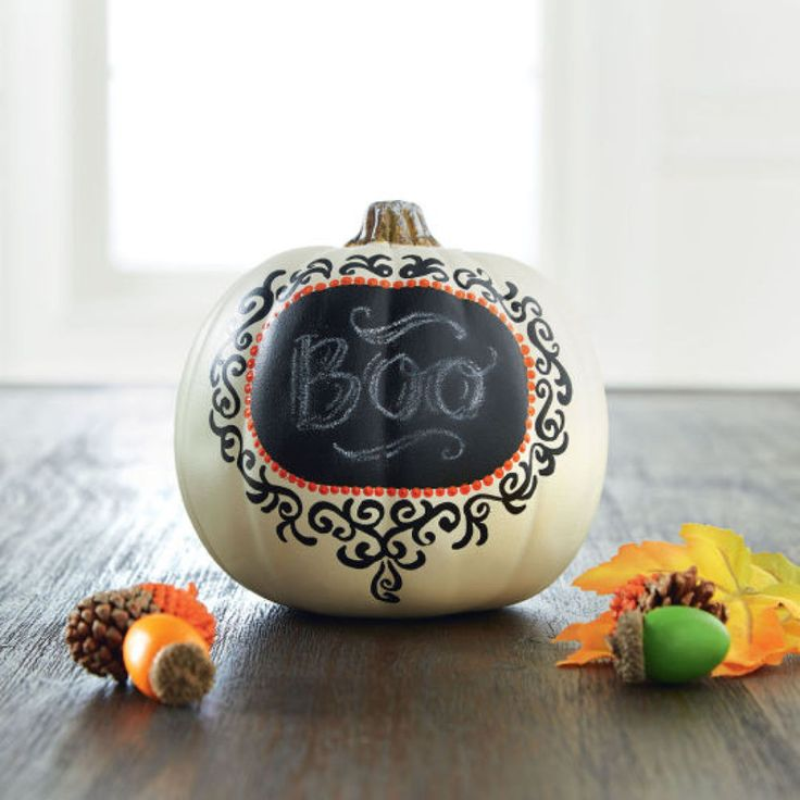 Wolw, cool Halloween decor idea: chalkboard label pumpkin.