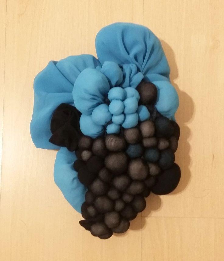 S/ Título, Escultura de tecido georgette e meia calça c/ enchimento de poliéster e acabamento em lã e linha, 2015.