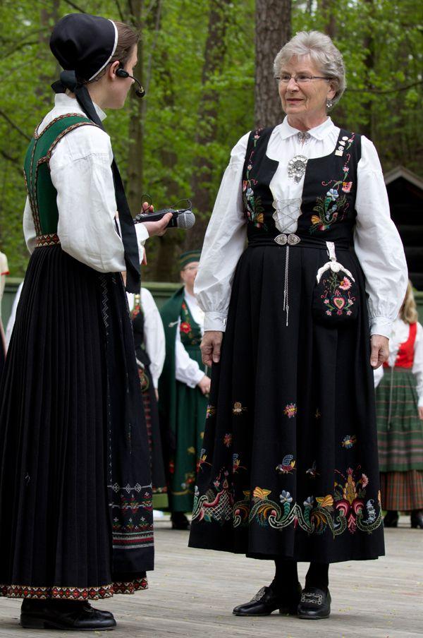 Flott Bunadsdag på Norsk folkemuseum - Magasinet Bunad; Så kom turen til en bunad fra Ringerike.