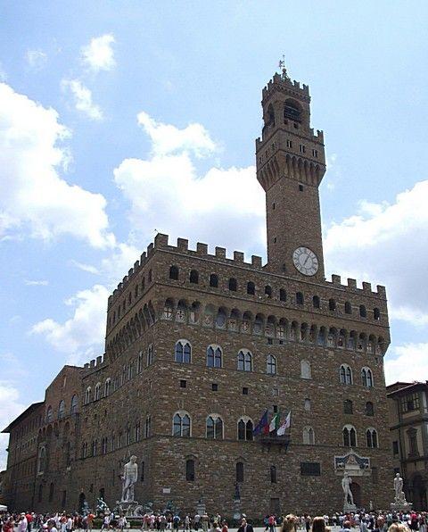 """""""Puissance et austérité"""" sont les mots que j'ai prononcés au 1er regard. Puis lentement, le charme opère..... Je ne sais plus si je suis dans un musée ou un château début renaissance.... Quel choc pour un chevalier du moyen âge de voir le Palazzo Vecchio de Florence."""