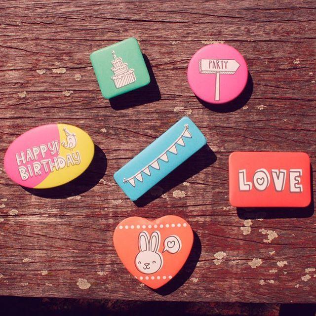 Chapas de todas las formas y colores en www.qustommize.com #chapas #chapaspersonalizadas