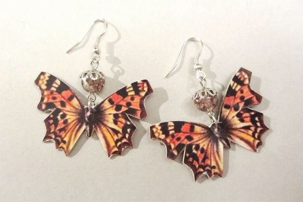 Earrings made of leather, pictures of butterflies and pearls. http://www.minka.fi/nahkakorvakorut306m-p-3946.html