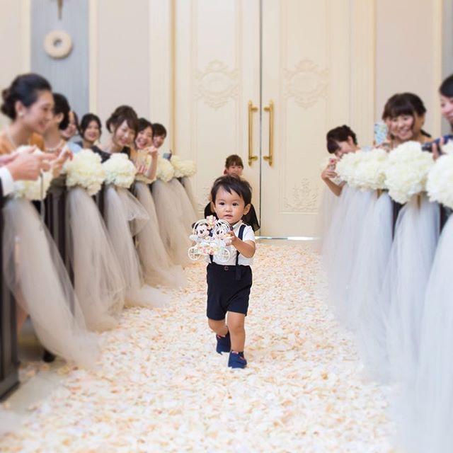 YM wedding♡7 * リングボーイ * 挙式で一番もりあがってた瞬間かも✨ 「かわいい〜」の歓声を受けながら 無事調運んでくれました( ¨̮ ) * 当日のリハーサルも一発成功で 本番もまっすぐ「みーちゃーん♡」 ゆうて持ってきてくれて一安心( ¨̮ ) * おばバカやけど、何回みてもかわいい♡ * ちっちゃいゆいくんが頑張って 運んでくれたリングやし これからも大事にしよう✨ ありがとう❤️ * * #YMwd0903