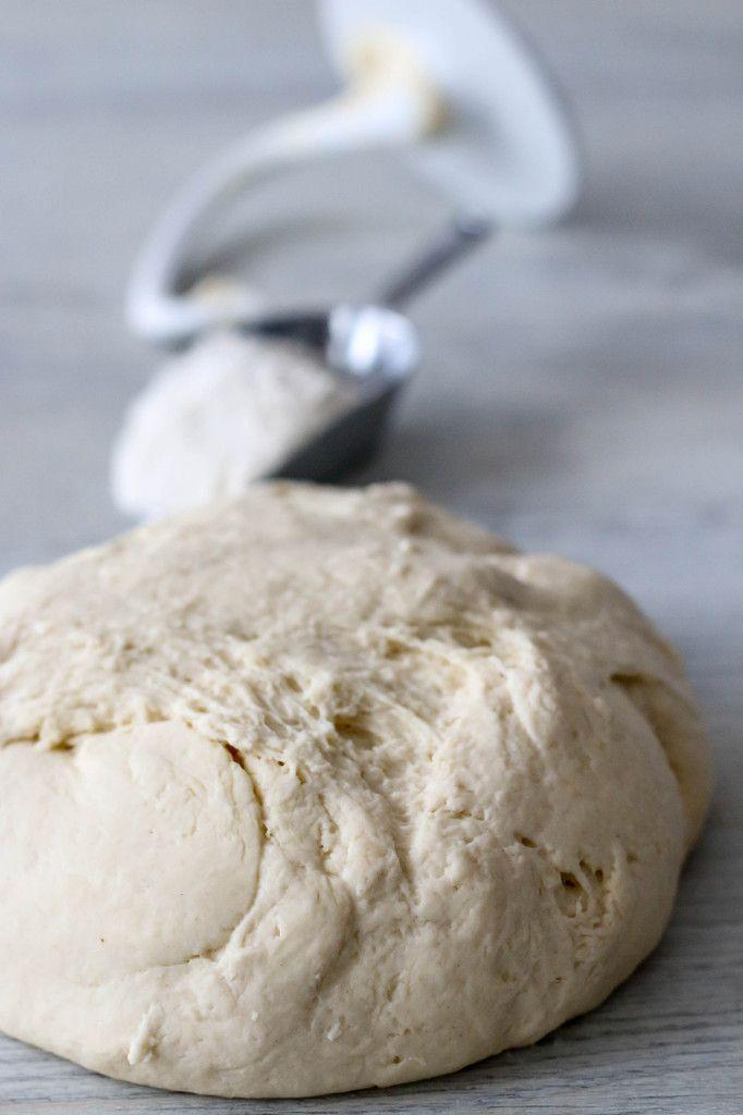 Levure fraiche ou boulanger. Rien ne vaut une pâte à pizza maison. J'adore l'odeur de la levure et le gonflement de la pâte au repos. N'hésitez pas à rajouter des herbes dans votre pâte maison type origan, thym . . . Pour 500g de pâte à pizza Préparation : 15 minutes Repos : 2 heures...