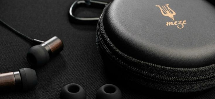 http://leemwonen.nl/ontspanning-beleving-i-audio-design-de-zomer-kan-niet-meer-stuk-met-deze-headphones/ #headphone #audi #design #meze #classic #leather #wood #maple #music #summer #wannahave #luxe #luxury #koptelefoon #muziek #zomer #duneblue #handcraft