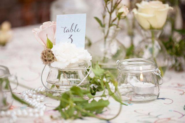 Tafelnummers mogen niet ontbreken #decoratie #diner #tafelnummer #bruiloft #trouwen #huwelijk #inspiratie #spring #wedding #decoration #inspiration | Styled shoot: bruiloft met shabby chic thema | ThePerfectWedding.nl | Fotografie: Moniek van Gils Fotografie