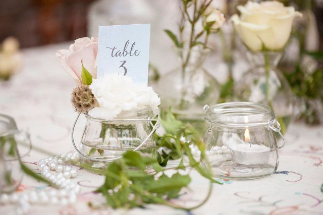 Tafelnummers mogen niet ontbreken #decoratie #diner #tafelnummer #bruiloft #trouwen #huwelijk #inspiratie #spring #wedding #decoration #inspiration | Styled shoot: bruiloft met shabby chic thema | ThePerfectWedding.nl | Fotografie: Moniek van Gils Fotografie