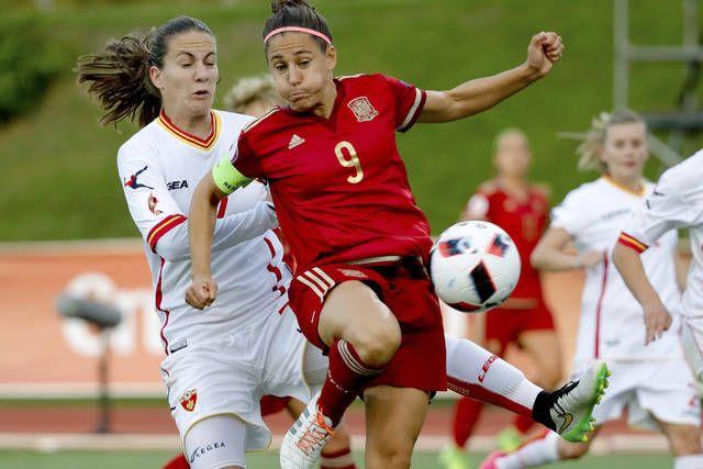 El equipo de fútbol femenino contra Montenegro