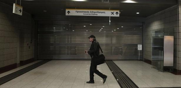 Greve geral na Grécia contra a austeridade   A Grécia tem nesta quarta-feira uma nova greve geral convocada pelos principais sindicatos para protestar contra o plano de austeridade imposto pela União Europeia e o Fundo Monetário Internacional. http://mmanchete.blogspot.com.br/2013/02/greve-geral-na-grecia-contra-austeridade.html#.USULx6VQGSo