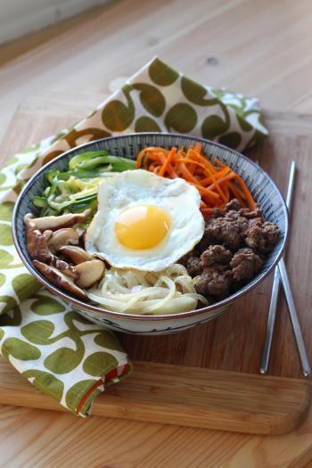 Sous ce nom étrange et chantant se cache le plat le plus emblématique de la cuisine coréenne. Sur un bol de riz, des légumes sont joliment présentés offrant un contraste de couleurs et de goûts. Ils sont cuits rapidement et séparément afin de gard...
