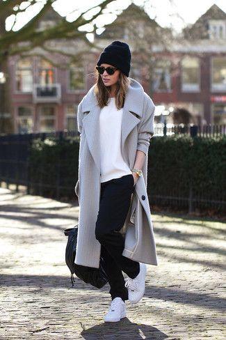 grauer Mantel, weißes T-Shirt mit einem Rundhalsausschnitt, schwarze Jogginghose, weiße Sportschuhe für Damen