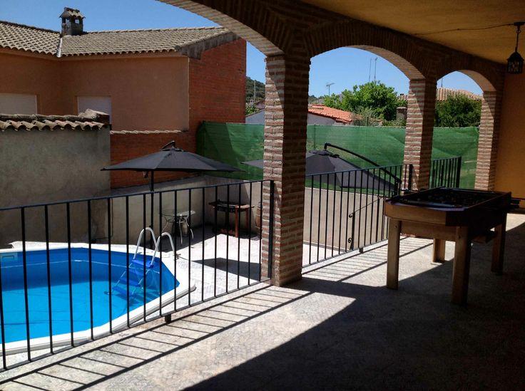 Porche, patio y piscina.