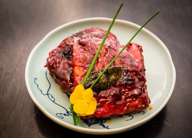 HAKKASAN Jasmine tea-smoked pork ribs