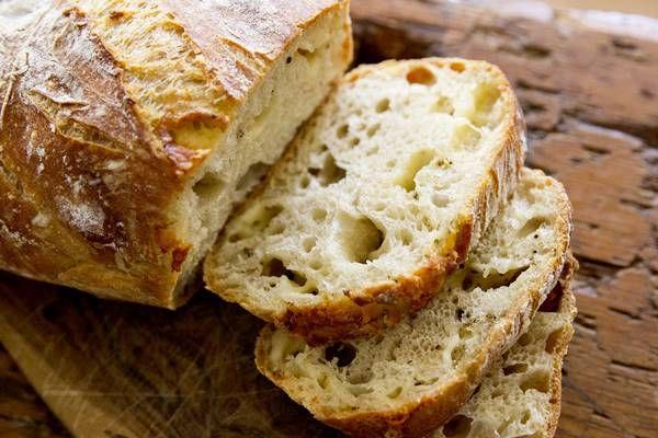 Ha van kedvünk, és szeretnénk kipróbálni valami kenyeres újdonságot-finomságot, akkor itt van egy csodás recept. A sajtos kenyér receptje.