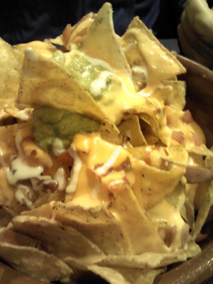 Hoy comida mejicana. Nachos con queso y guacamole.