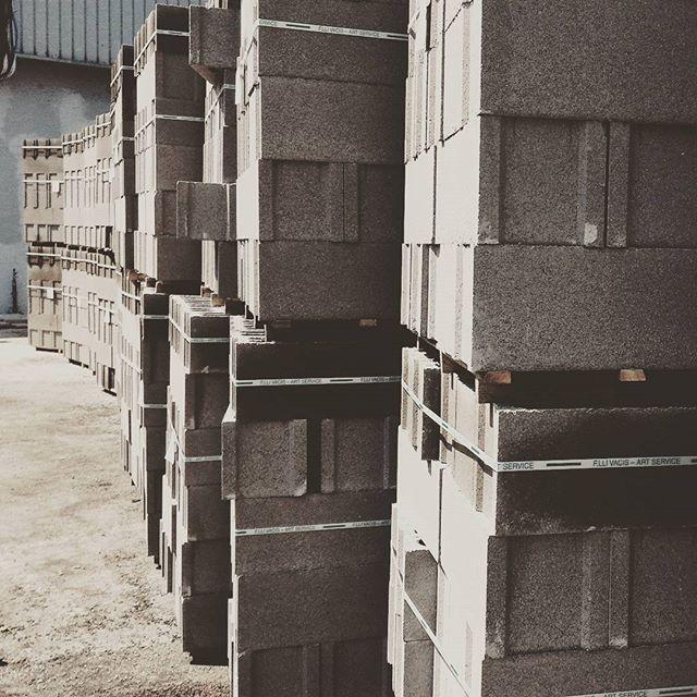 Barricate temporanee. #workingprogress #studioemmascolari #cavidue #cemento