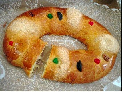 Típica comida del día de Reyes, el 6 de Enero. La rosca de reyes lleva dentro un muñequito en representación del Niño Jesús que va colocado al azar de la masa, quien lo saca será responsable de invitar los tamales el día 2 de Febrero.