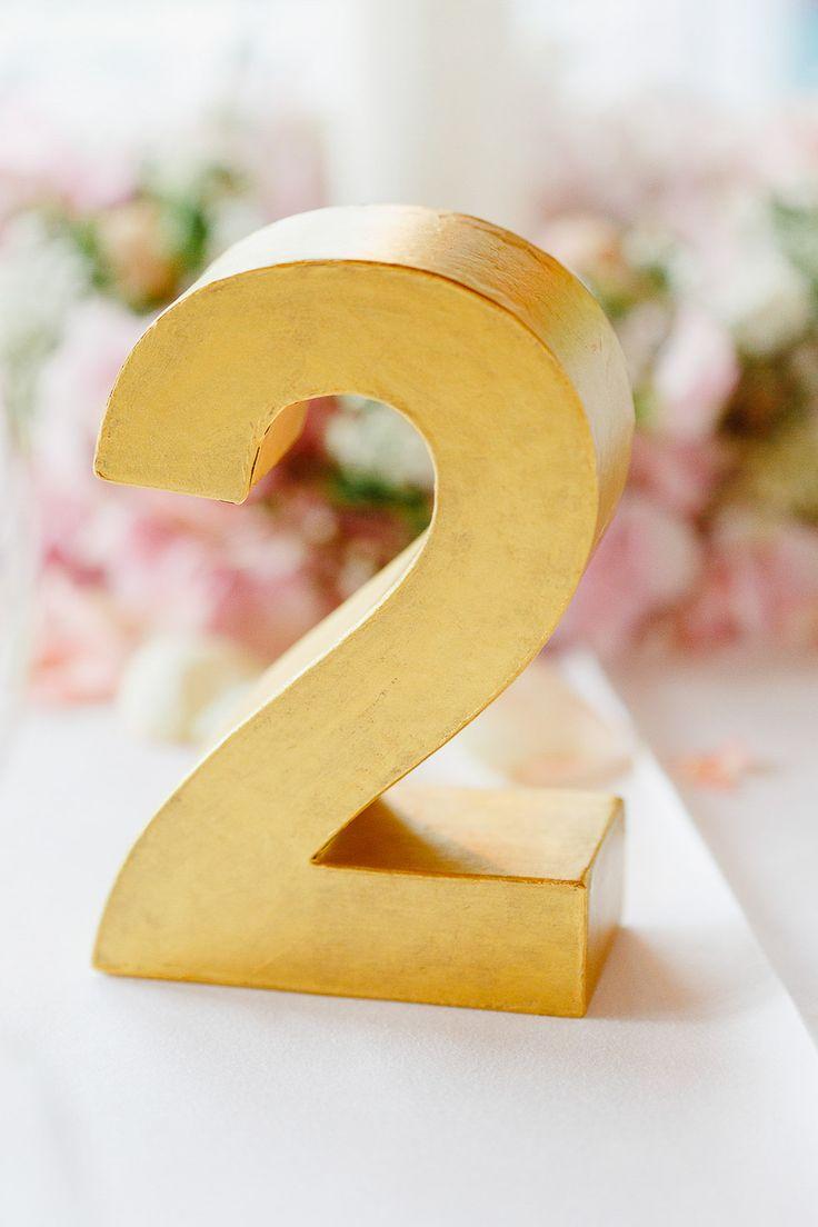 Golden bemalte Zahl aus Pappe als Tischnummer bei www.weddingstyle.de| Foto: Irina und Chris Wegelin