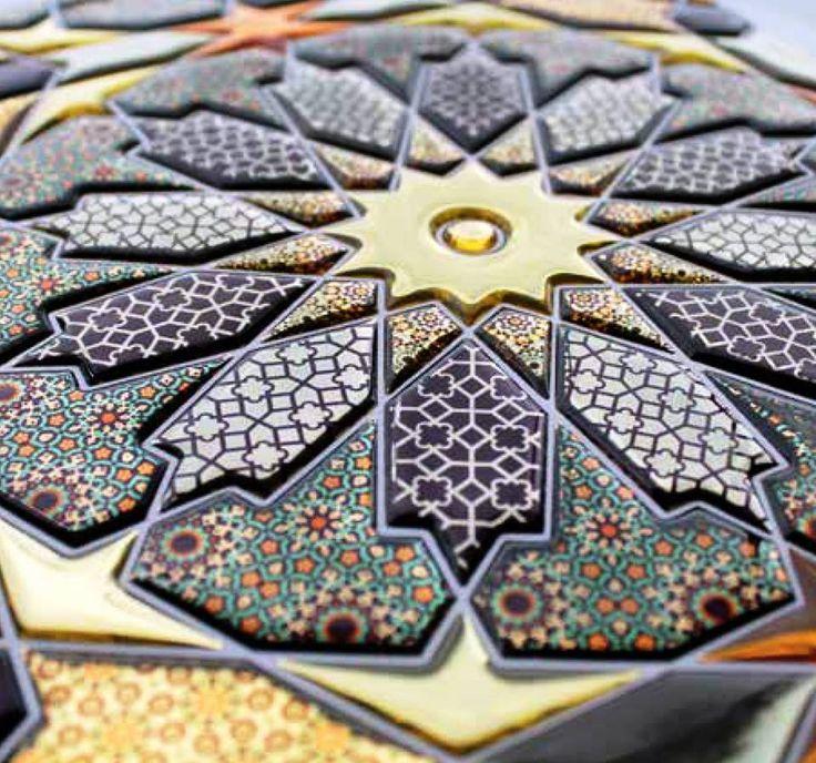 Tessere in resina trasparente o full color personalizzate da immagini in stampa digitale e impreziosite con svariati materiali. Mosaici che riproducono schemi di posa unici, adatti ad applicazioni anche su pareti non regolari, interne o esterne, oltre a qualsiasi superficie vogliate decorare.