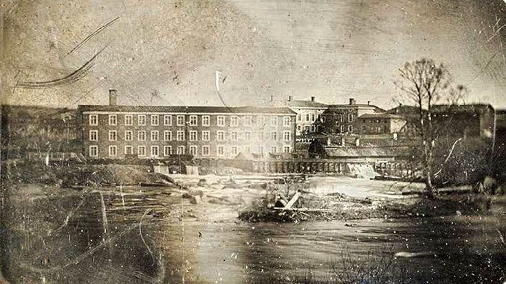 Vuonna 1847 otettu daguerrotyyppi esittää Tampereen koskimaisemassa sijainnutta Frenckellin paperitehdasta.