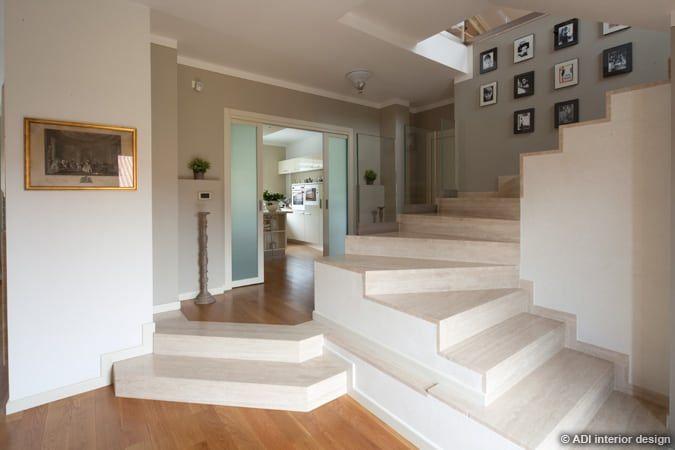 Sfoglia immagini di Ingresso, Corridoio & Scale in stile in stile Classico e di colore in grigio : . Lasciati ispirare dalle nostre immagini per trovare l'idea perfetta per la tua casa.