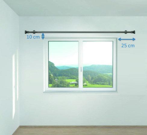 Globalement, fait dépasser la tringle de 25 cm de chaque côté, et positionne-la 10 cm au-dessus de la fenêtre.