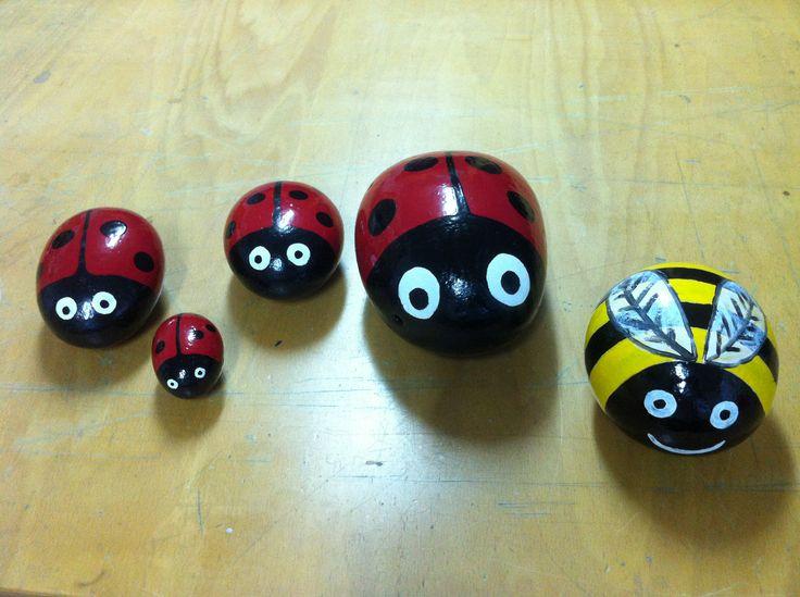 Piedras pintadas a mano jard n titanlux mariquita abeja for Ahuyentar abejas jardin
