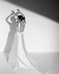 Wyprzedaż kolekcji do -60%  Lubicie odsłonięte plecy? Jeśli tak koniecznie poznajcie naszą dzisiejszą wybrankę do kolekcji sukien wyprzedażowych.  Suknia Celebre Allure z sezonu 2011 zachwyca niezwykle głębokim dekoltem, pięknym długim trenem i szlachetnym materiałem- jedwab mikado w kolorze ivory.