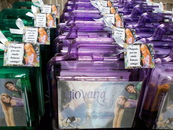 Há algumas opções para a maletinha.   1 - Vazia (Somente com adesivo, tag e fita para acabamento) - R$7,15; 2- Com kit guloseimas (Com 1 biscoito doce e 1 salgado e 1 bolinho) - R$8,40; 3 - Com kit desenho (Com 10 cartões de atividades correspondentes a idade pedida e 1 caixa de giz de cera ou de lápis de cor) - R$9,00; 4 - Com kit de pintura (Com 10 cartões de atividades correspondentes a idade pedi-da, 1 caixa de giz de cera ou de lápis de cor, 3 tintas guache e 1 pincel) - R$10,85 5 - Com…