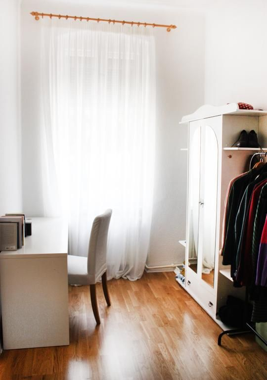Schlichte WG-Zimmer-Einrichtung: Schreibtisch, Kleiderschrank mit Kleiderstange, Boden in Holzoptik.  WG-Zimmer in Berlin. #Berlin #WGZimmer #flatshare