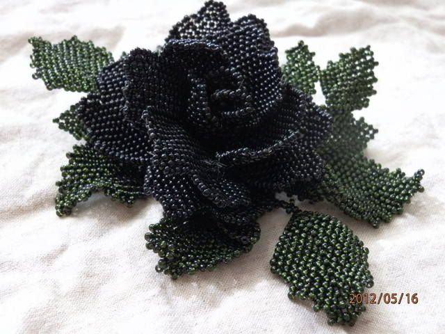 Чёрная роза из бисера