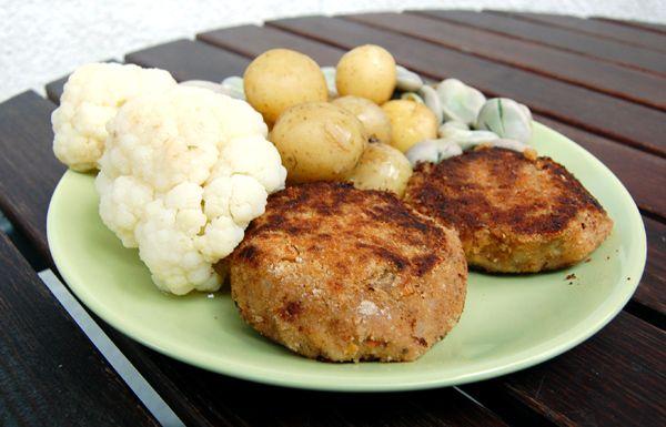Kotlety z fasoli i warzywa z parowaru - http://www.mytaste.pl/r/kotlety-z-fasoli-i-warzywa-z-parowaru-7757604.html