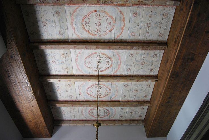 Controsoffitto realizzato in abete antico con motivi decorativi tardo cinquecenteschi. I decori e la laccatura sono esattamente gli stessi realizzati nel periodo rinascimentale sia nelle basi dei pigmenti che nelle tecniche realizzative.