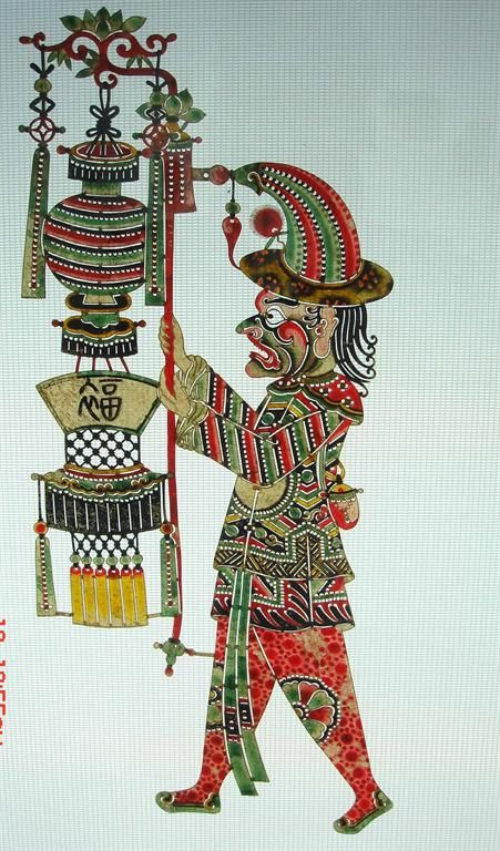 Китайский театр теней  (皮影戏)  - это один из видов театрального кукольного искусства.   Он впервые появился при династии Тан (618 - 907 гг.), а во времена династии Сун (960 - 1279 гг.) достиг полного расцвета и распространился по всему Китаю.