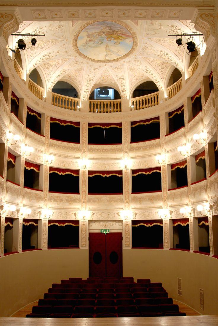 """Teatro """"La Fenice"""" e particolare le rosone sul soffitto #marcafermana #amandola #fermo #marche"""