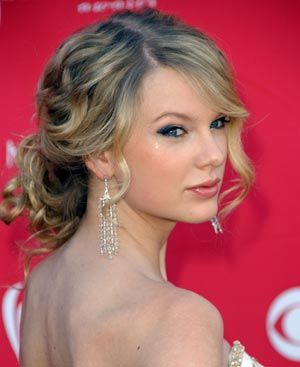 Soft look: Hair Ideas, Prom Hairstyles, Messy Buns, Hair Style, Taylors Swift, Wedding Hairstyles, Promhair, Bridesmaid Hairstyles, Curly Hair