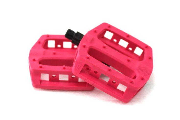 BLB T-Rex Pedalen - Roze  Set Platform Pedalen:  Nieuwe BLB gekleurde plastic pedalen voor trick & freestyle gebruik.  Extra comfortabel en grip  Compatibel met elk type van voet systeem van Toe Clips Lockdown straps HoldFast of een ander verkrijgbare strap.  Spindle: Cro-Moly.  Maten: 104mm x 25mm.  Gewicht: 333gr.  Kleur: Roze. Over BLB BLB (Brick Lane Bakes) is misschien wel een van de meest bekende fixed gear merken op de Europese markt. Onlangs ging het Londense merk nog een…