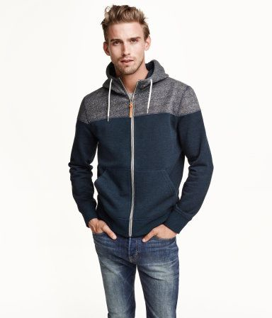 Colour-block jacket in sweatshirt fabric with a lined drawstring hood, zip at the front, side pockets and ribbing at the cuffs and hem. Soft brushed inside.