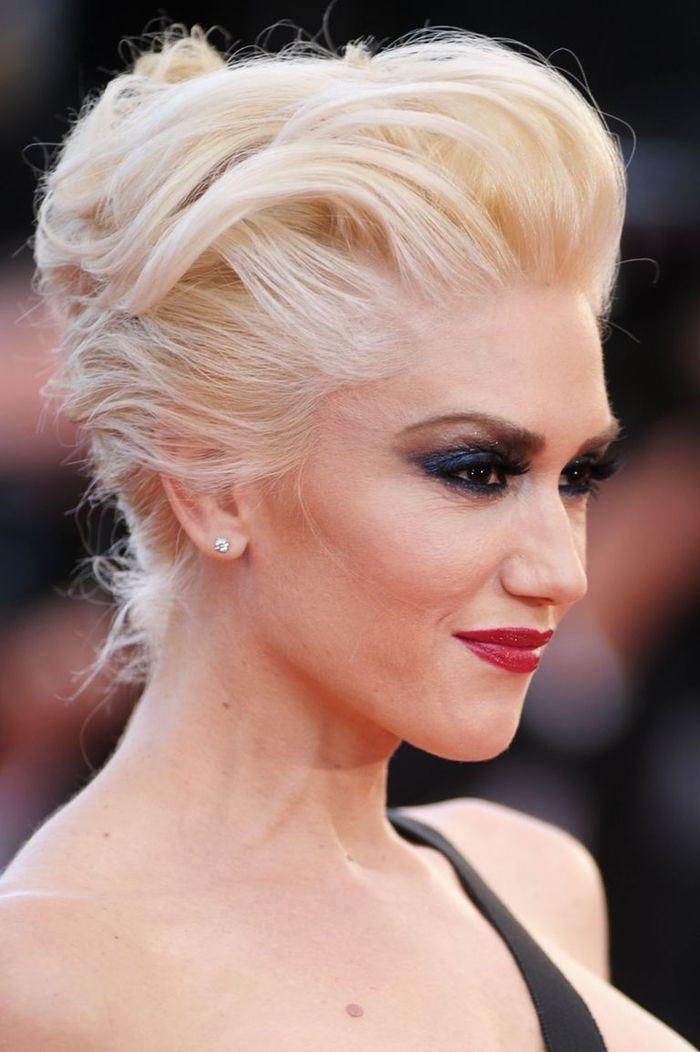 Idée Coiffure :    Description   un chignon crêpé chic pour une coiffure rockabilly à l'air moderne rehaussé par un maquillage dramatique    - #Coiffure https://madame.tn/beaute/coiffure/idee-coiffure-un-chignon-crepe-chic-pour-une-coiffure-rockabilly-a-lair-moderne-rehaus/