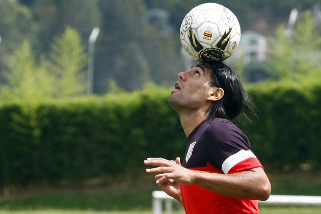 Falcao, haciendo malabarismos con el balón, en Medellín durante la gira de pretemporada 2012/13 (31/07/12)