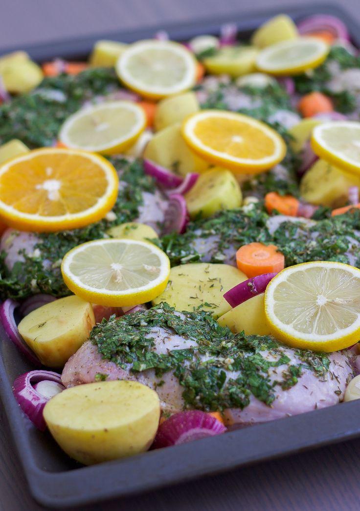 """Syrliga kycklingklubbor med smak av vitlök och örter. Smidig och enkel rätt som sköter sig själv i ugnen. Jag bakar kycklingklubbornamed potatis, morot och lök, perfekt """"allt i ett rätt"""" med härliga smaker som blandas samman i långpannan. 6 portioner syrliga kycklingklubbor 6-7 st kycklingklubbor (ca 2 kg) Marinad: 2 pressade citroner 3/4 dl olivolja …"""